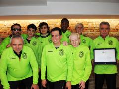 Mister Bonioli, premiato dalla sezione provinciale del CONI, con la squadra